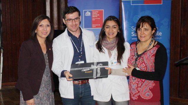 Foto de la entrega de notebooke para uso de los residentes, médicos de familia en formación durante la práctica hospitalaria.