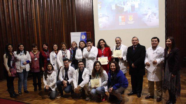 Imagen de la ceremonio de reconocimiento en que se destacó a profesionales del Hospital de Chillan por colaborar en la formación de Médicos de Familia, programa de especialización conjunto entre el Servicio de Salud Ñuble y la Universidad de Concepción.