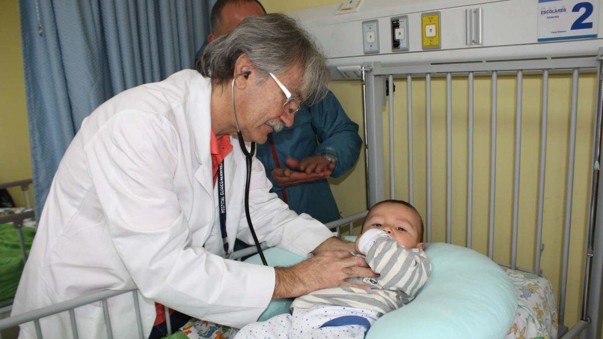 foto referencial médico auscultando a menor, usada en nota para prevenir las enfermedades respiratorias.
