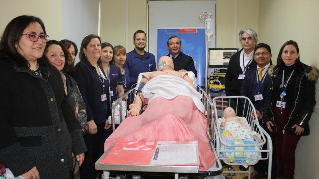 profesionales y autoridades en inauguracion de sala de simulación clínica