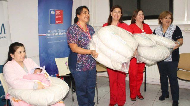 foto de la entrega de cojines de lactancia que realizó el servicio de obstetricia y ginecología a la unidad de neonatología,