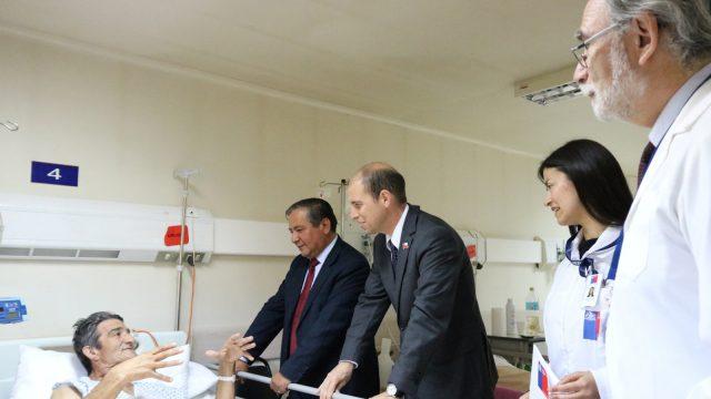 Foto del Intendente Arrau visitando el Hospital y conociendo los desafíos del sector salud.