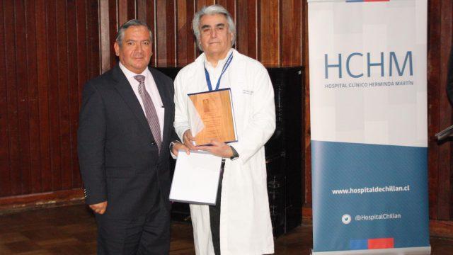 Foto del reconocimiento al Dr. Ricardo Vásquez, en la ceremonia de presentación del nuevo director (s) del HCHM.