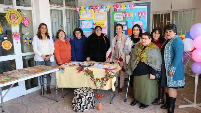 foto de Usuarios y funcionarios conmemorando el Día de la Salud Mental en el Hospital de Chillán.