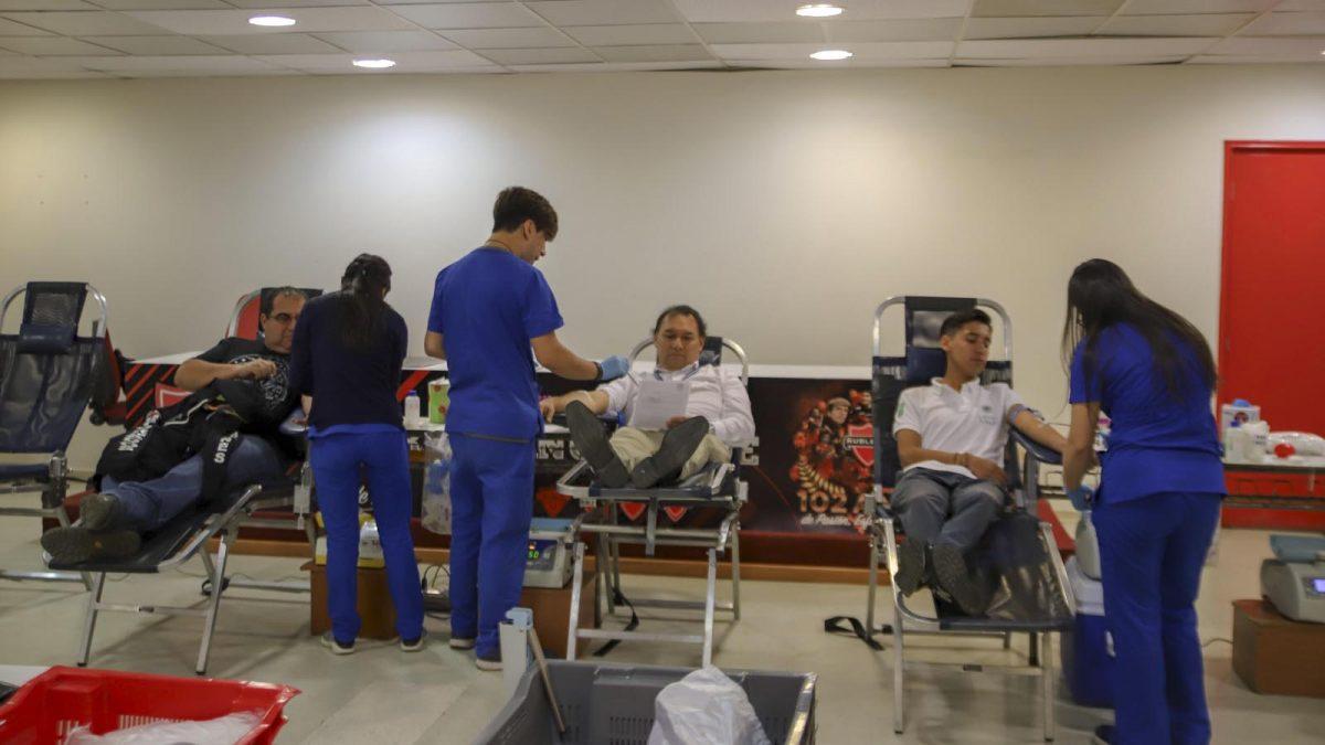 Director del Servicio de Salud dona sangre en campaña de motociclistas.