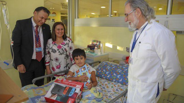 foto de la visita de los directivos en el Hospital durante navidad
