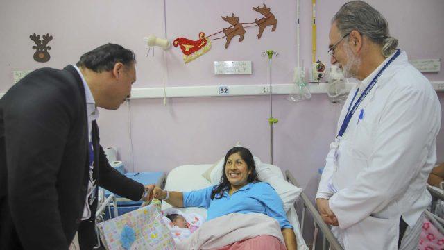 Mariana, la primera bebé nacida en Ñuble este 2019 y su madre Josely, en compañía de los directores del Servicio de Salud y del Hospital de Chillán.