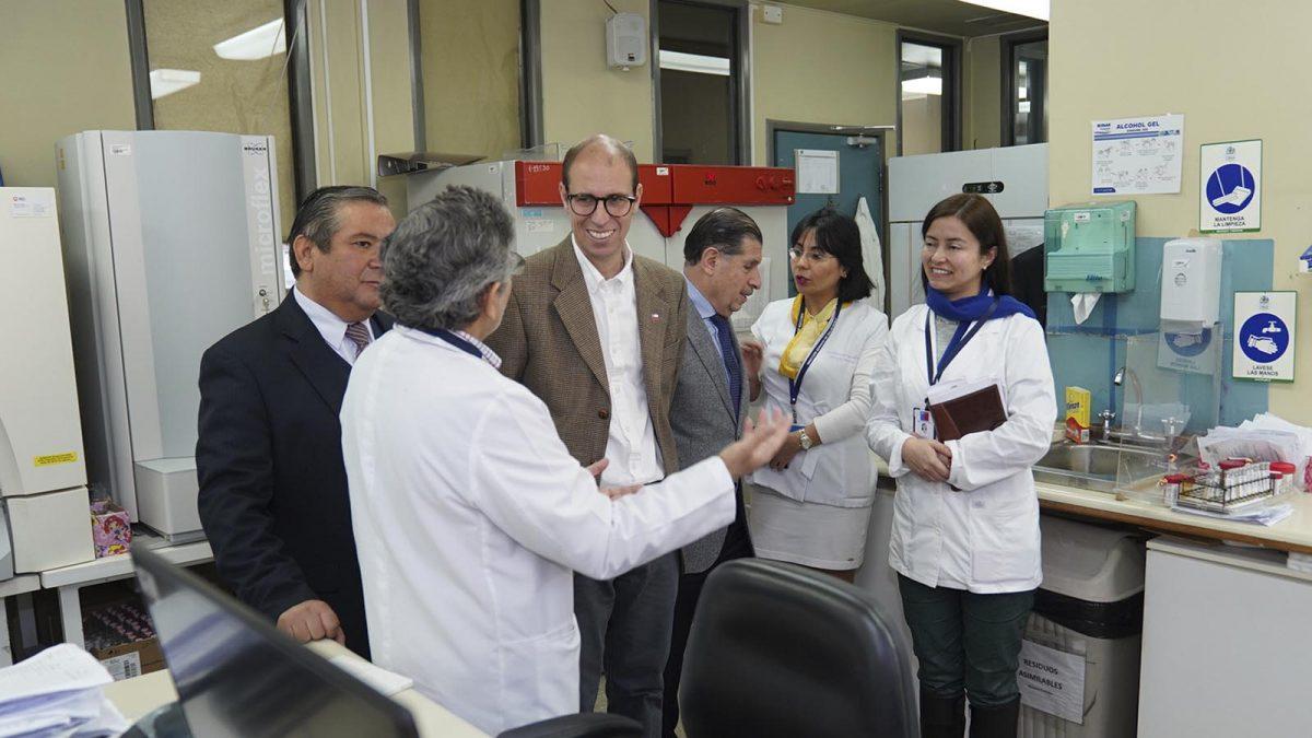 Autoridades de Salud y de Ñuble visitaron el Laboratorio del Hospital de Chillán para conocer equipamiento y procedimientos que agilizan los exámenes realizados, los que en invierno procesan más de 500 para detectar virus respiratorios.