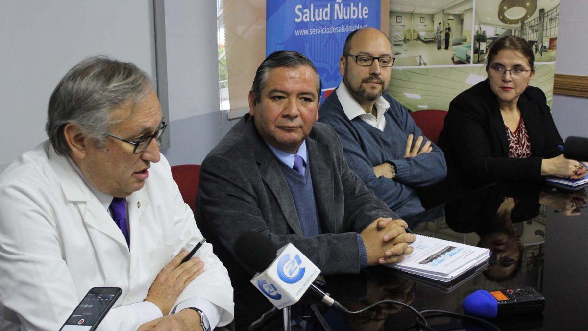 Foto del nuevo director del Proyecto de Nuevo Hospital de Ñuble, en compañía de autoridades del Servicio de Salud.