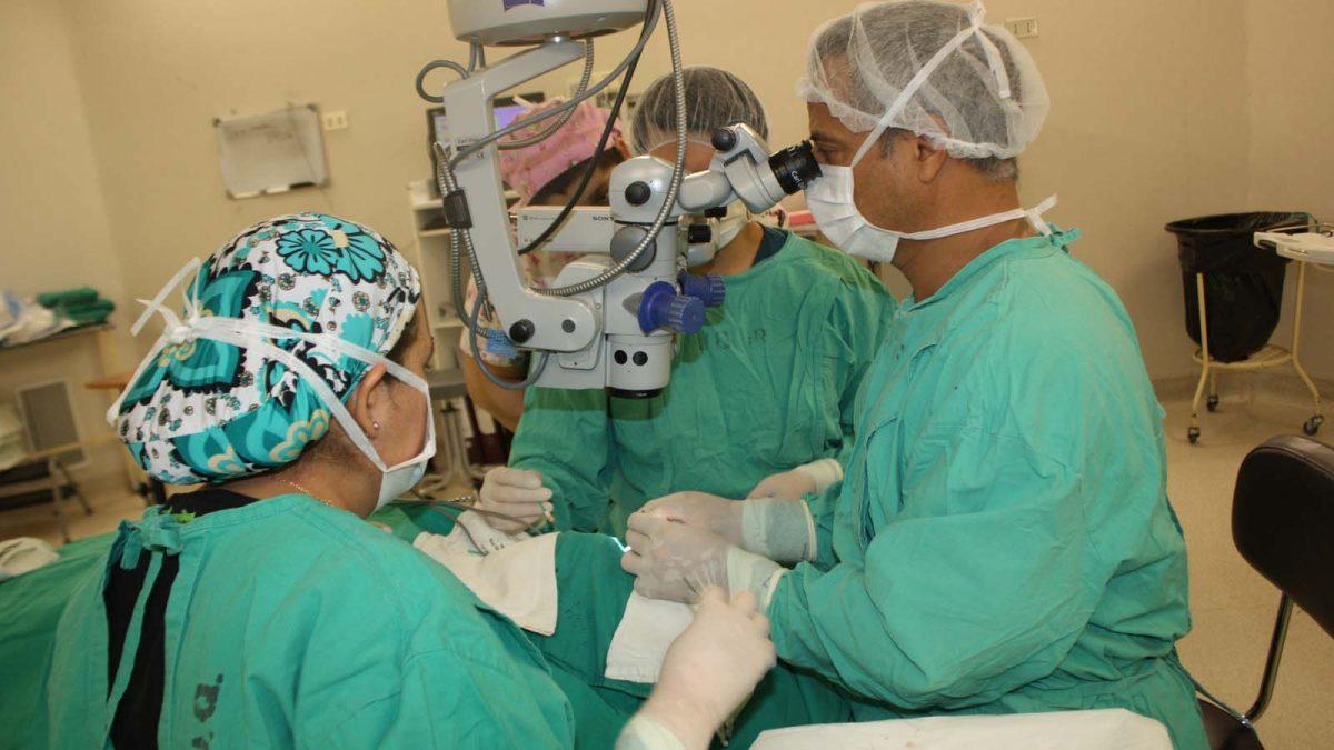 Foto de la cirugía oftalmológica en la que se utilizó implante de membrana amniótica.