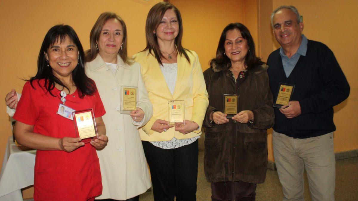 Foto de grupo de funcionarios reconocidos en el Día del Matrón y la Matrona