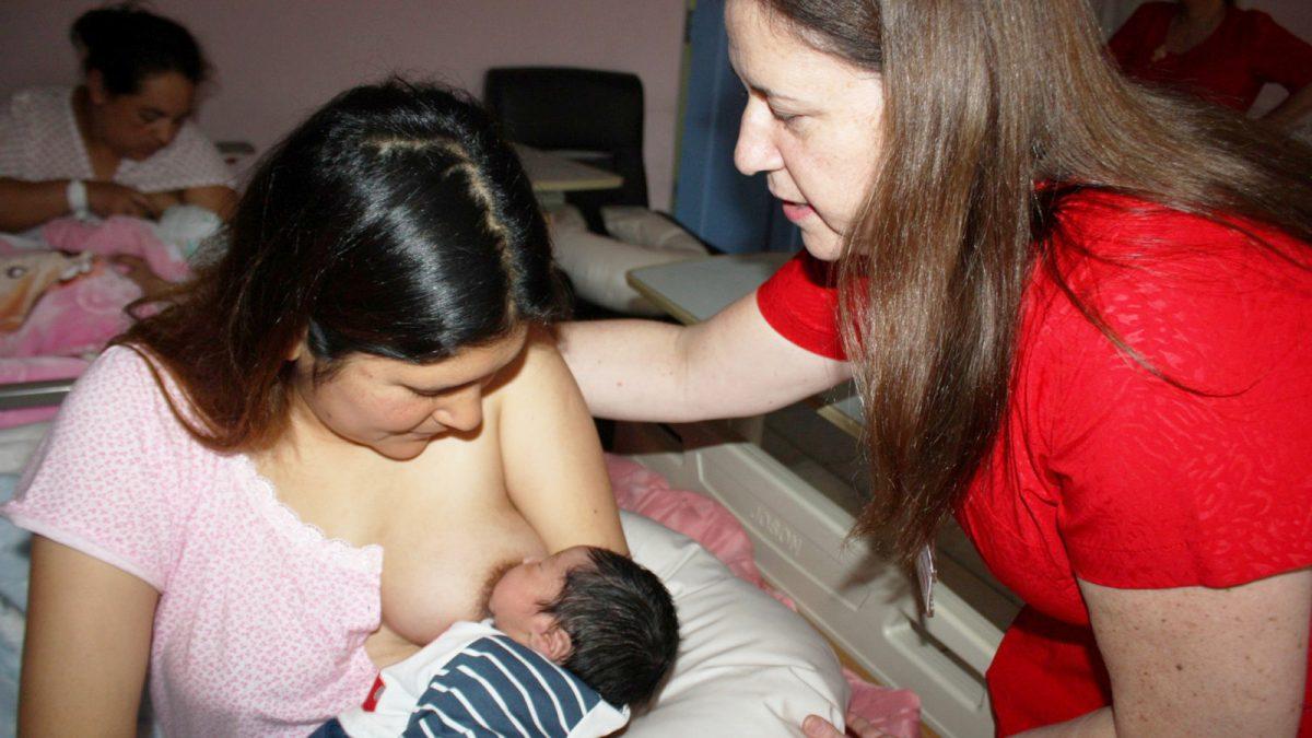 foto de mamá amamantando con ayuda de un cojín de lactancia. Tomada en el Servicio de Obstetricia y Ginecología.
