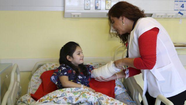 Niña es controlada por la cirujano infantil, luego de estar hospitalizada tras quemaduras.