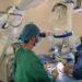 neurocirujanos usando el nuevo microscopio
